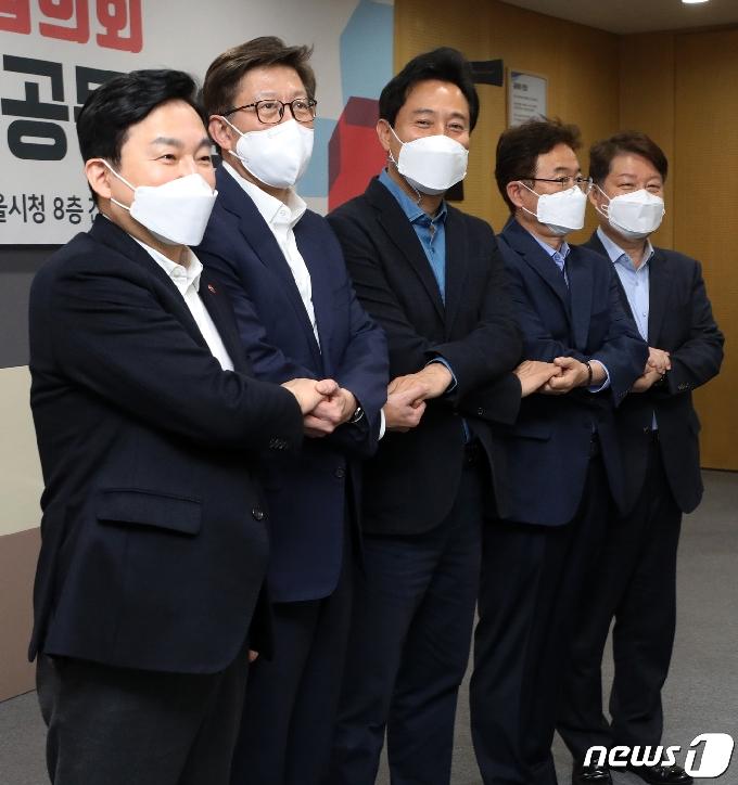 [사진] 손 잡은 국민의힘 시도지사들