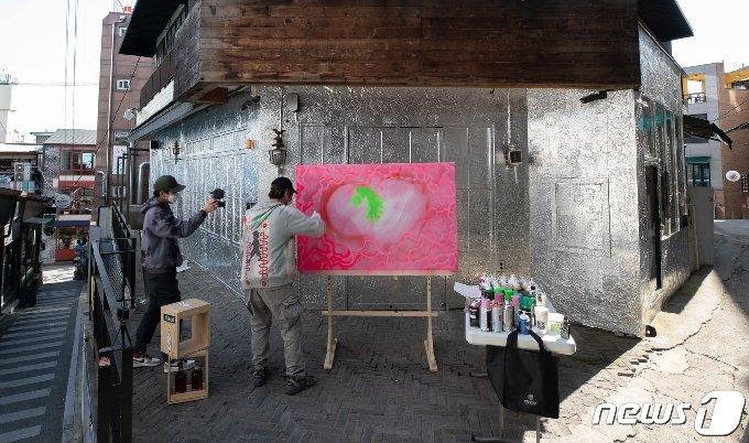 [사진] 코로나로 침체된 이태원거리 '다시 희망을'