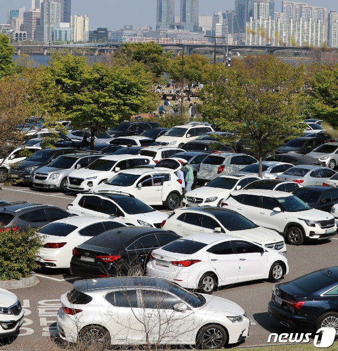[사진] 한강공원 주차장 '만차'