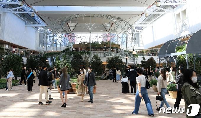 [사진] 코로나19 4차 유행 우려 속 쇼핑몰 찾은 시민들