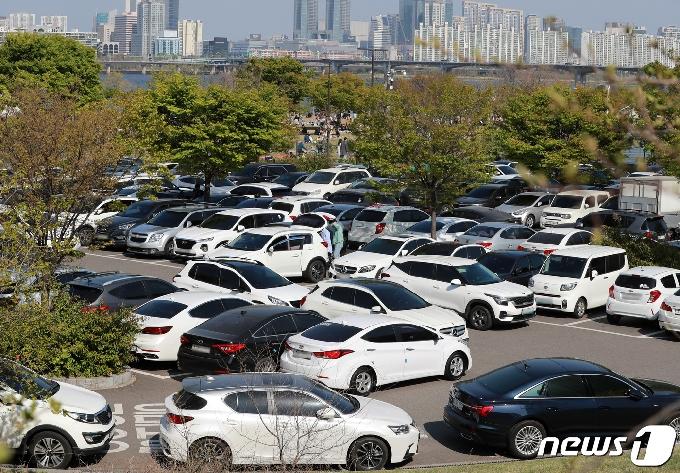 [사진] 한강공원 주차장 가득 채운 나들이객 차량