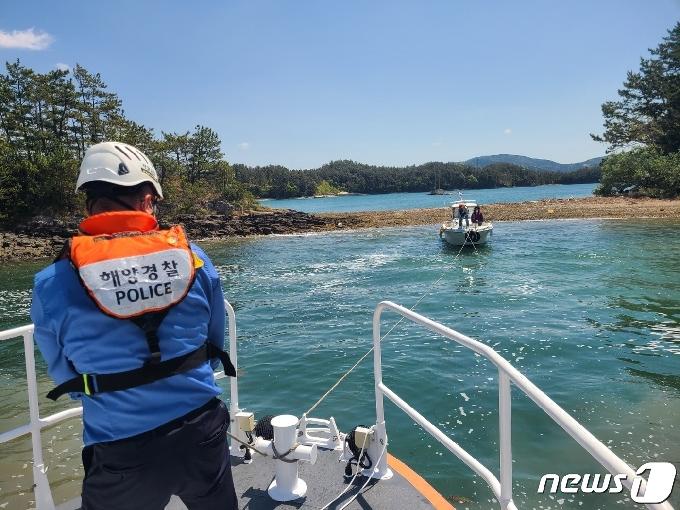 통영 해상에 표류 중인 레저보트서 70대 등 2명 구조