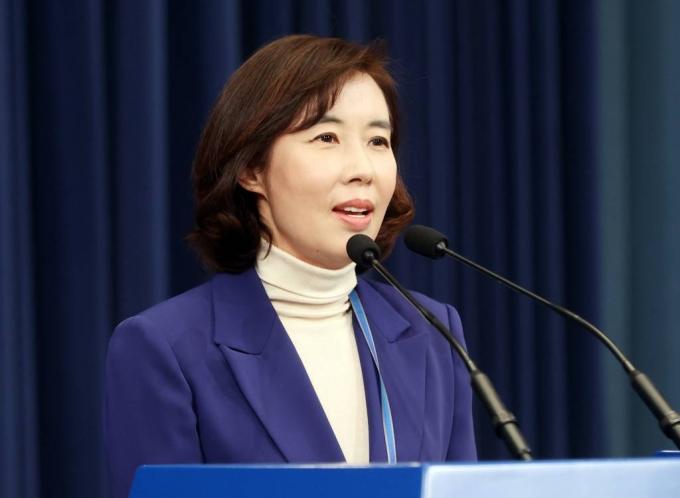 靑 대변인 각오, '국민→대통령' 1년만에 방향 정반대로