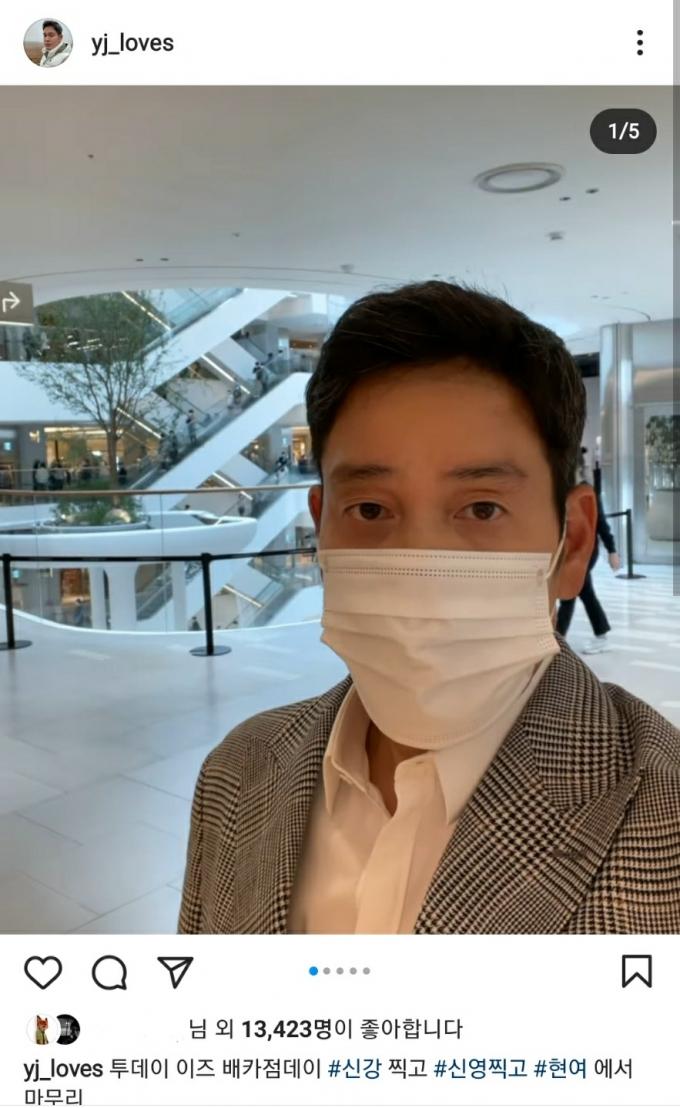 정용진 부회장, '핫플' 더현대서울 깜짝 방문…경쟁사서 '셀카'