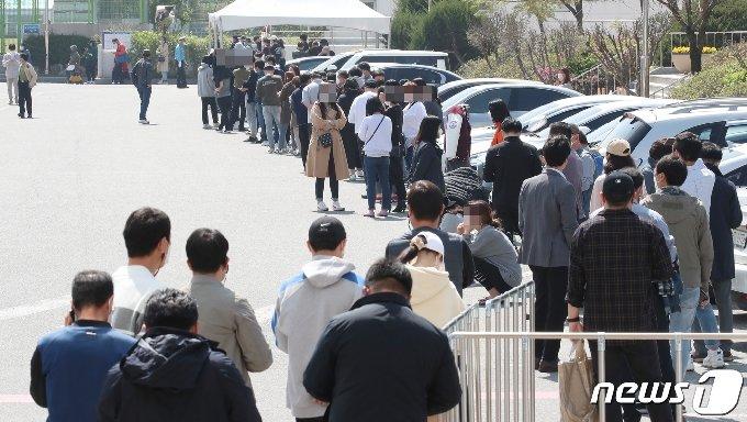대전 중구 한밭체육관 주차장에 마련된 임시선별진료소에서 시민들이 신종 코로나바이러스 감염증(코로나19) 검사를 받기 위해 차례를 기다리고 있다. /뉴스1 © News1 김기태 기자