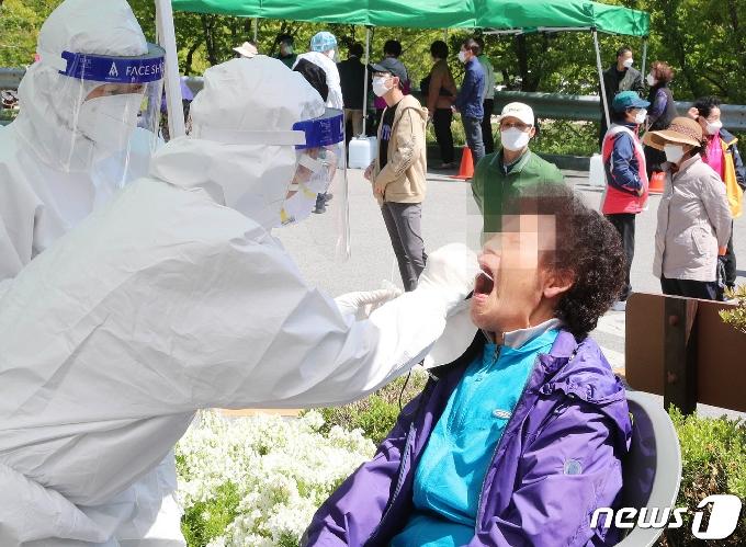 [사진] 코로나19 검사 받는 담양 주민들