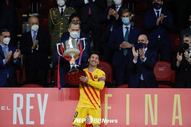 국왕컵 우승컵을 들어올린 메시./AFPBBNews=뉴스1