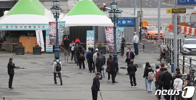 서울역 광장에 마련된 중구 임시선별진료소에서 시민들이 검체 검사를 받기 위해 대기하고 있다.  /뉴스1