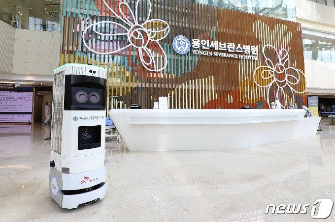 용인세브란스병원과 SK텔레콤이 공동으로 구축한 5G 방역로봇 '비누(BINU)'.(병원측 제공) © News1