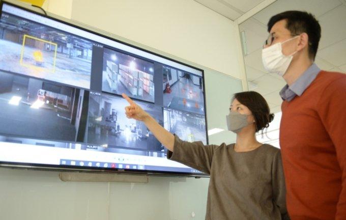 포스코ICT 직원들이 영상분석 플랫폼 'Vision AI' 가 적용된 CCTV를 통해 산업현장 무단 침입, 방화 등을 감지하는 기능을 살펴보고 있다. /사진=포스코ICT