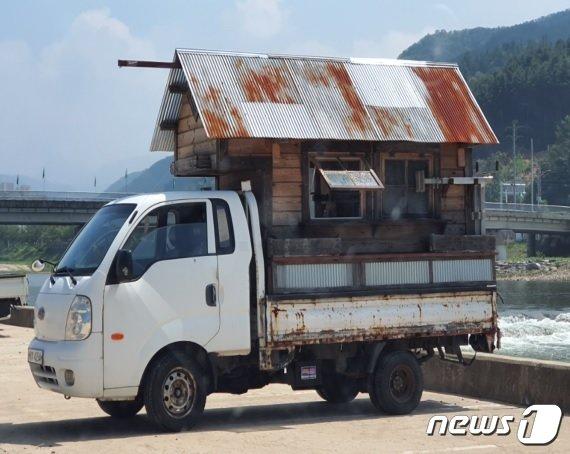1톤 화물차를 이용해 만든 자작 캠핑카.(한국교통안전공단 충북본부 제공).2021.4.19/© 뉴스1