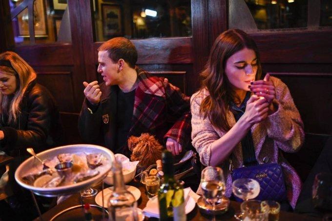 영국 정부가 코로나19 봉쇄를 단계적으로 완화하면서 12일(현지시간) 시민들이 런던 소호 주점 밖 테이블에 앉아 음식을 먹으며 얘기를 나누고 있다. 봉쇄 완화에 따라  미용실, 상점, 체육관, 야외 술집 및 식당 등이 영업을 재개했다. /AP=뉴시스