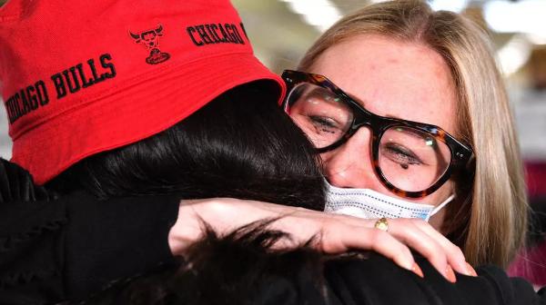 호주-뉴질랜드 '트래블 버블' 개시…가족들, 포옹·눈물의 재회
