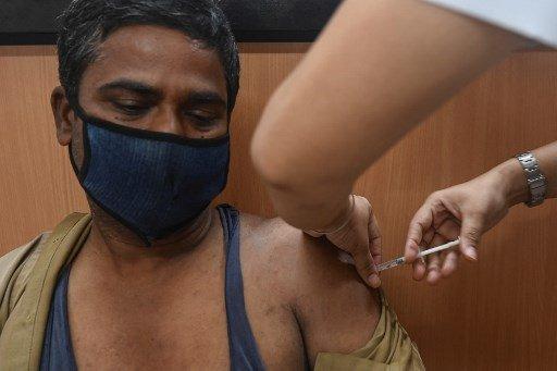 19일(현지시간) 인도에서 한 남성이 아스트라제네카 백신을 맞고 있다./사진=AFP