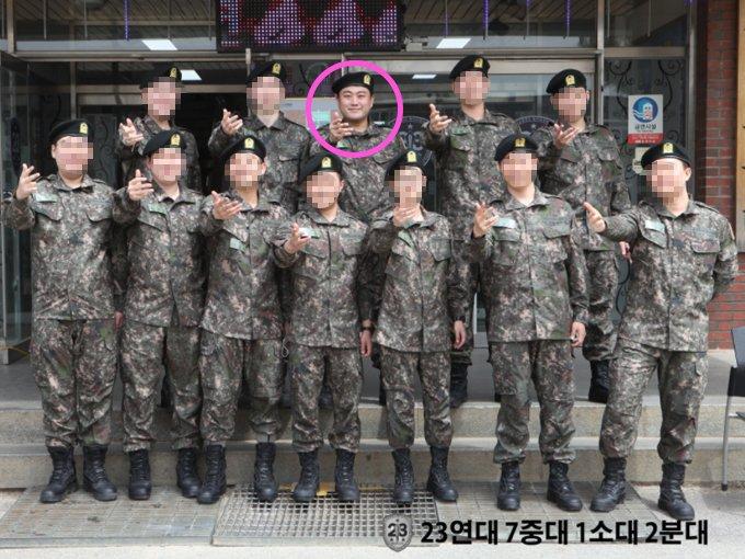 (표시한 인물) 가수 김호중 /사진=육군훈련소