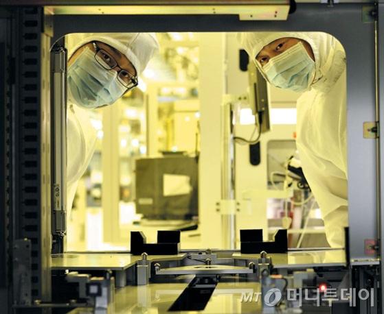 '반도체 1등' 삼성, 반도체 부족해 감산 조짐…'버린 기술'의 역습
