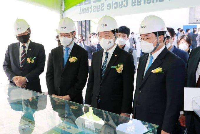 [서울=뉴시스]성윤모(왼쪽 세번째) 산업통상자원부 장관이 19일 오후 경남 창원시 성주수소충전소에서 열린 수소생산기지 1호 준공식에 참석해 현황 보고를 받고 있다.(사진=산업통상자원부 제공) 2021.04.19. photo@newsis.com *재판매 및 DB 금지