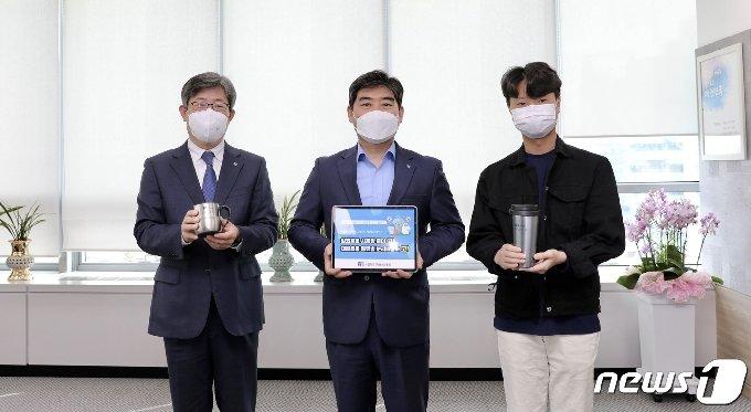 주명현 사학연금 이사장(가운데)이 '고고챌랜지' 캠페인에 동참하는 모습 (사학연금 제공) © 뉴스1