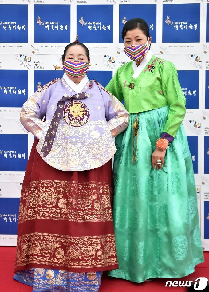[사진] 김을동, 박술녀 디자이너 한복입고 우아하게