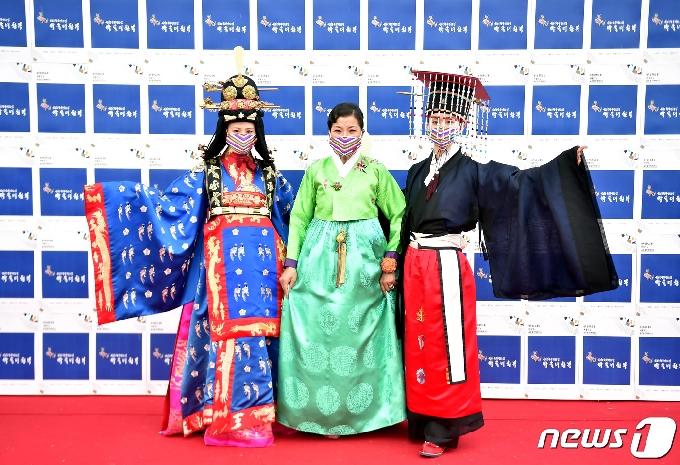 [사진] 오하영-조권, 박술녀 한복 다지이너와 함께