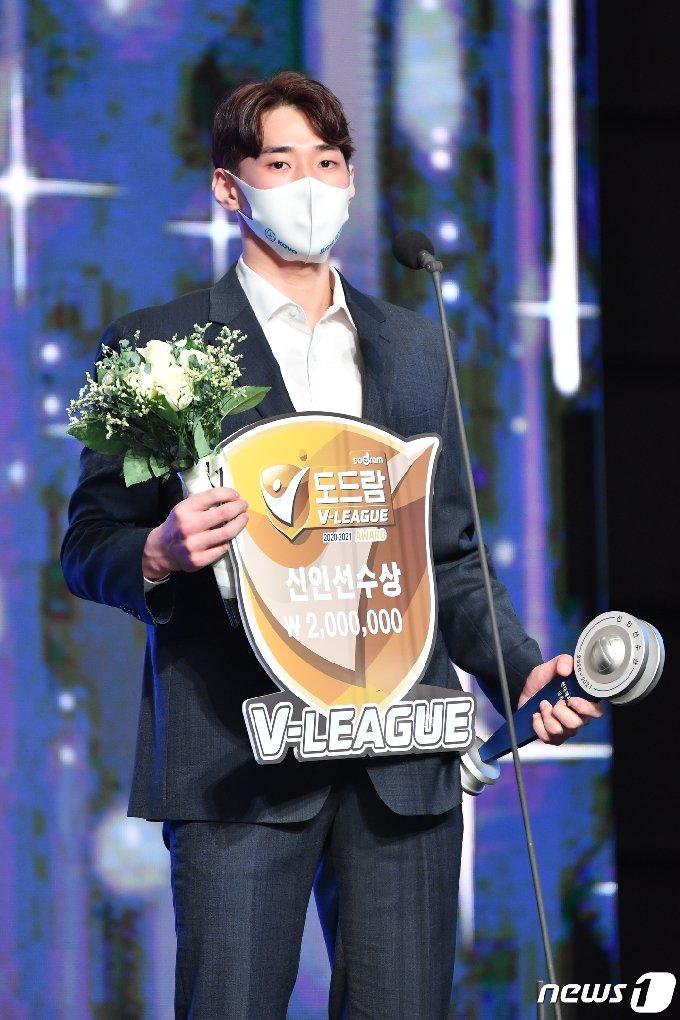 김선호(현대캐피탈)이 19일 그랜드 하얏트 서울 호텔에서 열린 2020-21 도드람 V리그 시상식에서 신인선수상 수상 후 소감을 밝히고 있다. (한국배구연맹 제공) 2021.4.19/뉴스1