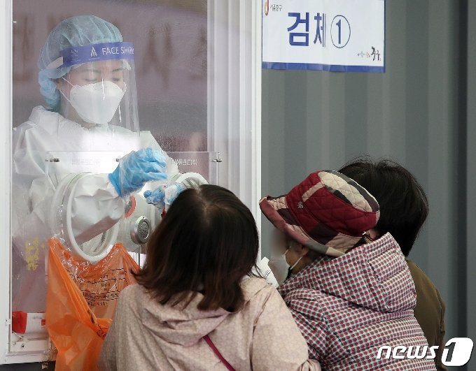 19일 오전 서울 중구 서울역 광장에 마련된 중구 임시선별진료소에서 시민들이 검체 검사를 받고 있다. © News1 김진환 기자