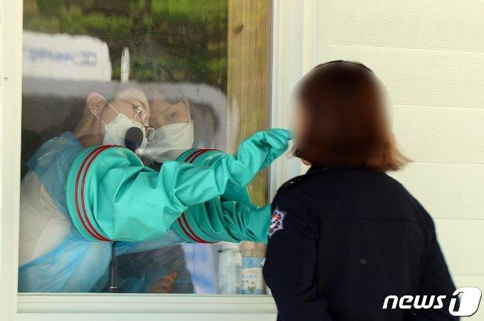 19일 오후 전남 담양군보건소에서 군민들이 신종 코로나바이러스 감염증(코로나19) 진단검사를 받고 있다.  2021.4.19/뉴스1 © News1 정다움 기자