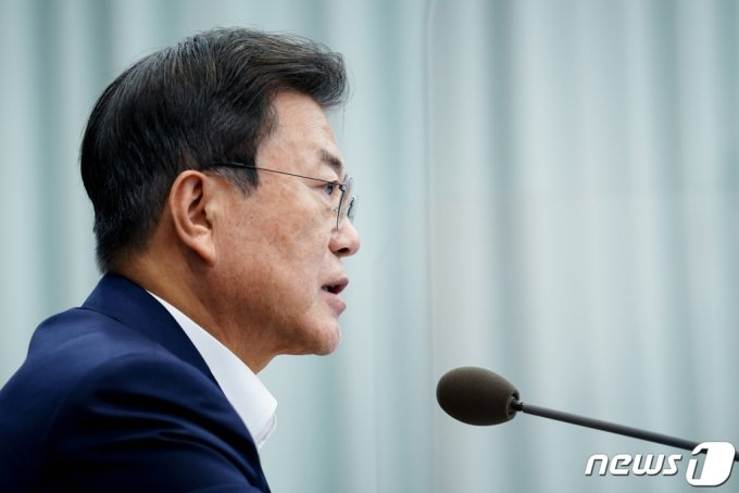 문재인 대통령이 19일 청와대 여민관에서 열린 수석·보좌관회의를 주재하고 있다. /사진=뉴스1
