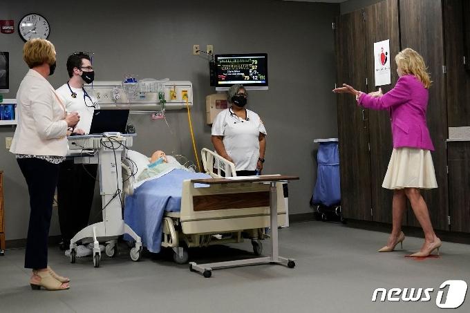 [사진] 일리노이의 간호학과 대학생과 얘기하는 질 바이든