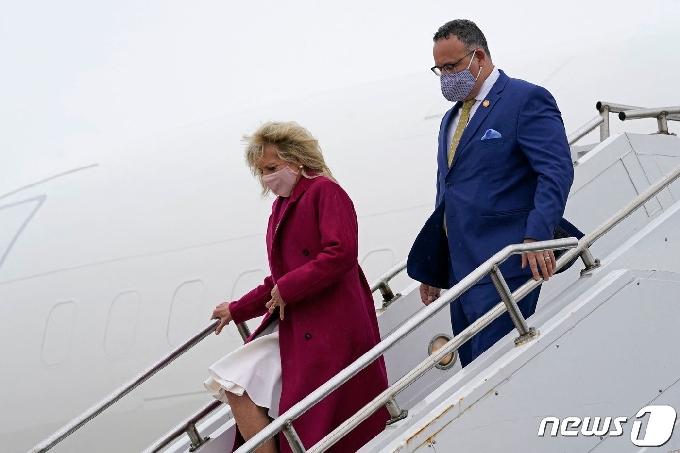 [사진] 카르도나 교육과 일리노이의 공항 도착한 질 바이든