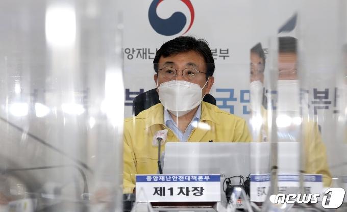 [사진] 중대본회의 모두발언하는 권덕철 보건복지부 장관