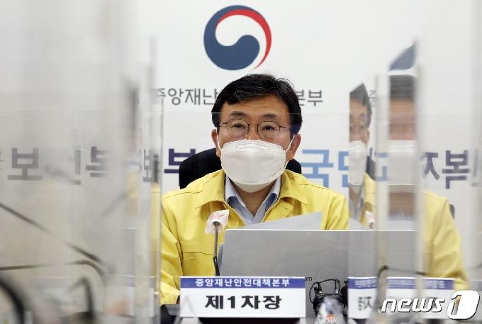 [사진] 코로나19 중대본회의 주재하는 권덕철 장관