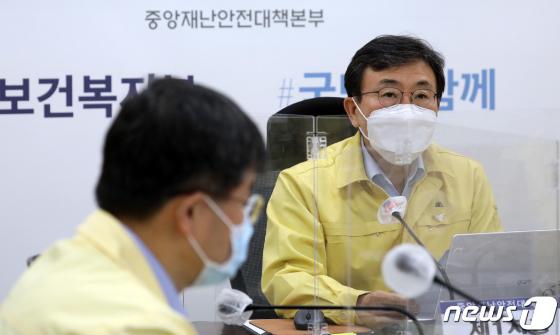 """권덕철 """"백신 경쟁 치열…추가물량 차질없이 도입"""""""