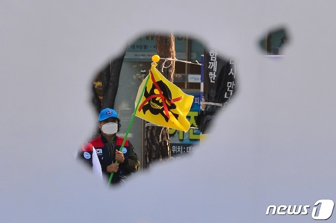20일 한국자유총연맹 포항시지회(회장 조원호) 회원들이 남구 대잠동 사거리에서 일본 정부의 후쿠시마 원전 오염수 바다 배출을 규탄하는 집회를 개최했다. 회원들이 울릉도와 독도가 그려진 현수막을 배경으로 일 정부의 원전 오염수 방출 계획을 규탄하고 있다.2021.4.20 /뉴스1 © News1 최창호 기자