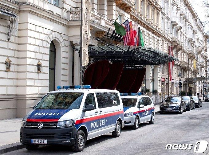 6일(현지시간) 이란 핵합의 복원 회담이 열리는 오스트리아 빈의 그랜드 호텔의 입구에 경찰차들이 배치되어 있다. © AFP=뉴스1 © News1 우동명 기자