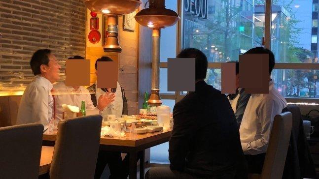 우상호 더불어민주당 의원을 포함한 6인이 한 테이블에 앉은 모습./사진=온라인 커뮤니티 캡처