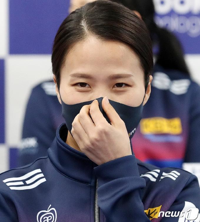 [사진] 마스크 고쳐쓰는 팀킴 김은정