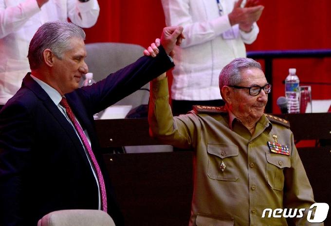 [사진] 새 쿠바 공산당 총서기 손 들어 올리는 카스트로