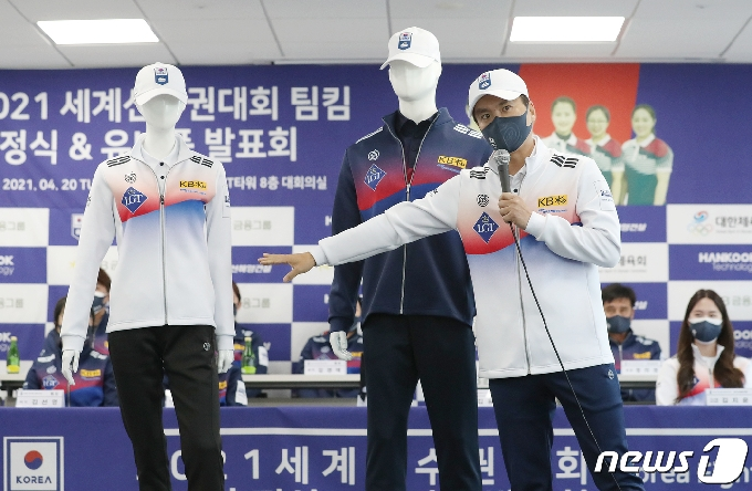 [사진] 유니폼 소개하는 김용빈 회장