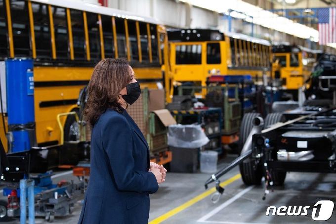 [사진] 노스캐롤라이나 버스 공장 둘러보는 해리스