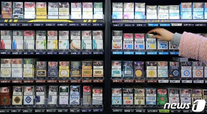 대전 서구 한 편의점에 담배가 진열돼 있다. 2021.1.28/뉴스1 © News1 김기태 기자