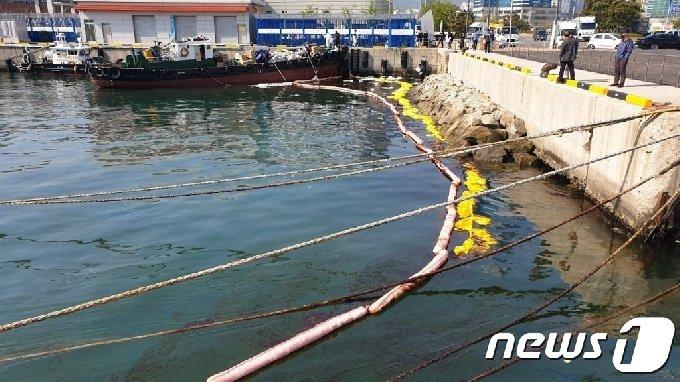 부산해경이 20일 오전 부산항 4부두 인근해상에서 발생한 기름유출사고와 관련해 방제작업을 하고 있다.2021.04.20(부산해양경찰서제공)© 뉴스1