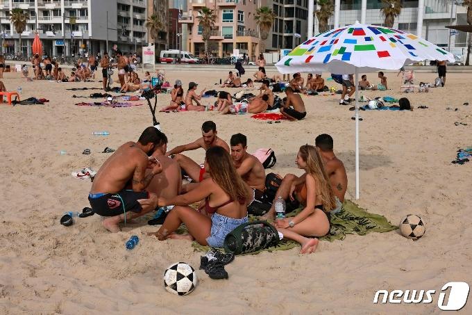 [사진] '노마스크'로 해변서 일광욕 즐기는 이스라엘인들