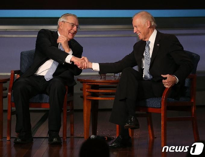[사진] 바이든과 악수하는 93세로 별세한 먼데일 전 부통령