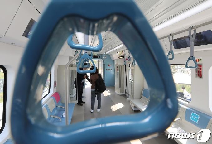 [사진] GTX-A 노선 실물모형 살펴보는 시민들