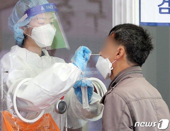 서울 중구 서울역 광장에 마련된 중구 임시선별진료소에서 시민들이 검체 검사를 받고 있다. 2021.4.19/뉴스1 © News1 김진환 기자