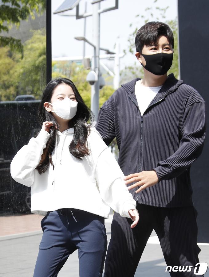 [사진] 오유진, 따뜻한 봄날 진해성 삼촌과 함께