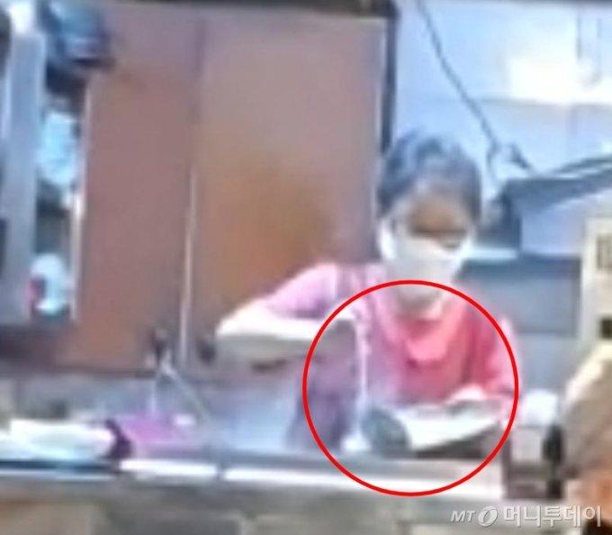 부산의 한 식당에서 손님이 먹던 국물을 그대로 육수통에 붓는 모습. /사진=보배드림