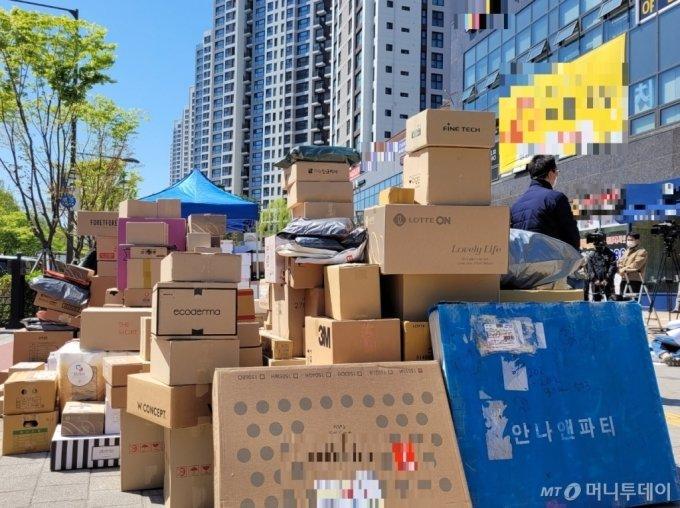 14일 택배 차량(탑차)의 지상출입을 금지한 서울 강동구 고덕동의 한 아파트 앞에 택배 물품이 쌓여 있다. / 사진 = 오진영 기자