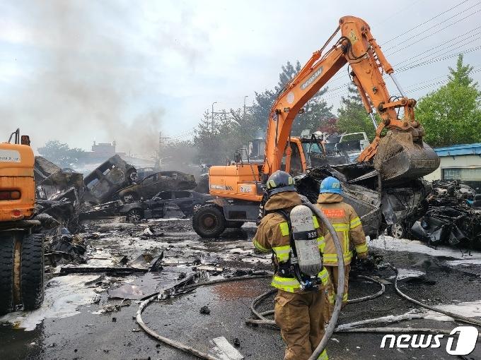 김해 폐차장 화재 2시간 40분만에 큰 불 잡아…8천만원 재산 피해(종합)